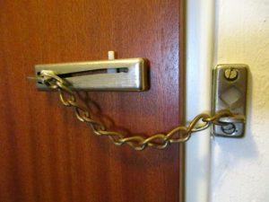 Wohnungstür sichern - der Klassiker die Türkette